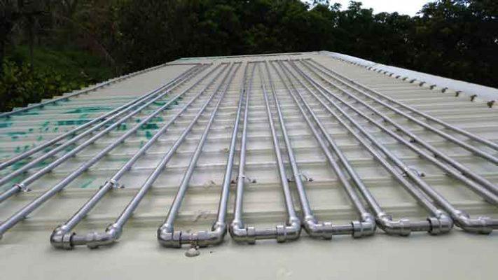 南部太陽這麼大,放著不用,開電爐浪費能源。不如試試在屋頂放滿不銹鋼管,夏天太陽自動加熱,冬天再開爐火就好。 20根排滿就夠一家四口使用了。如果橡皮老化,再拆解換新橡皮重複使用就好。很方便。打算民宿再排上百來根壓接管,節省開銷。 相片上的是6分(22.22mm)的管另件。