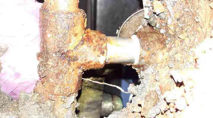 熱水管漏水維修 鐵另件與不銹鋼管相接電位腐蝕